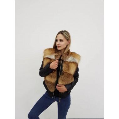 Стильная куртка черного цвета с мехом лисы